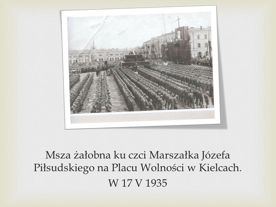 Msza żałobna ku czci Marszałka Józefa Piłsudskiego na Placu Wolności w Kielcach. W 17 V 1935