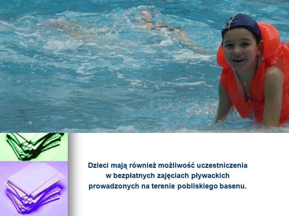 Dzieci mają również możliwość uczestniczenia w bezpłatnych zajęciach pływackich prowadzonych na terenie pobliskiego basenu.