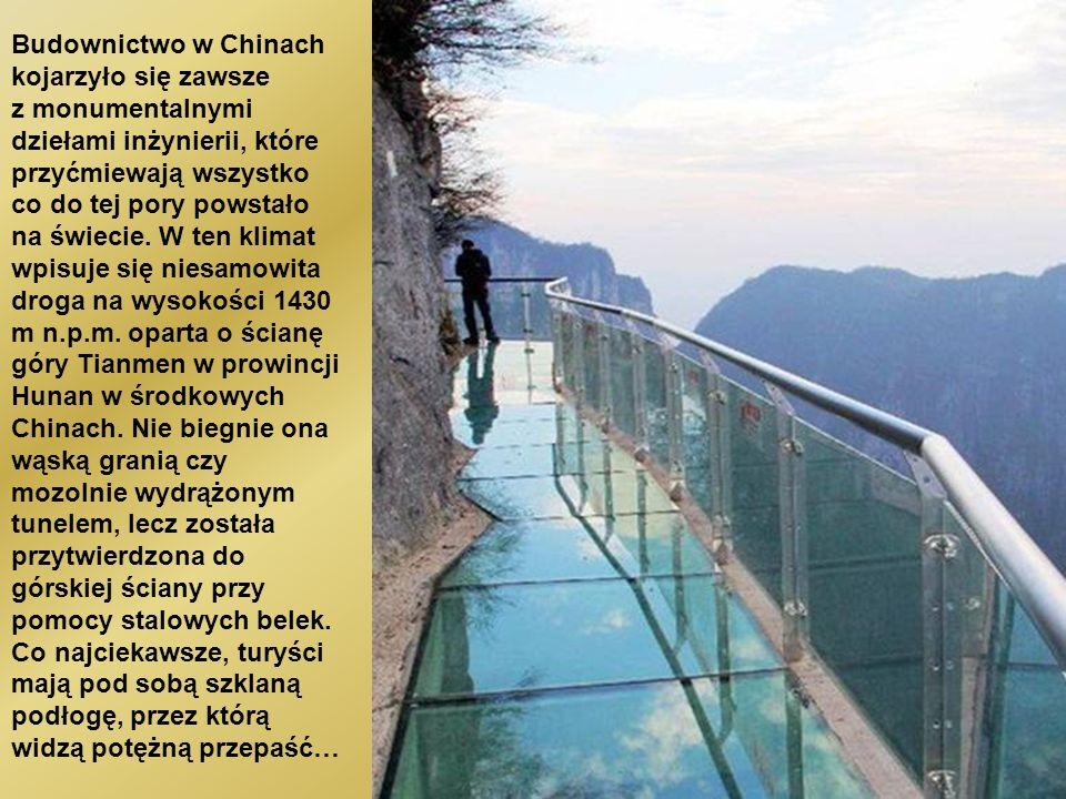 遊客們都要穿鞋套以保持 玻璃橋的透明和乾淨。