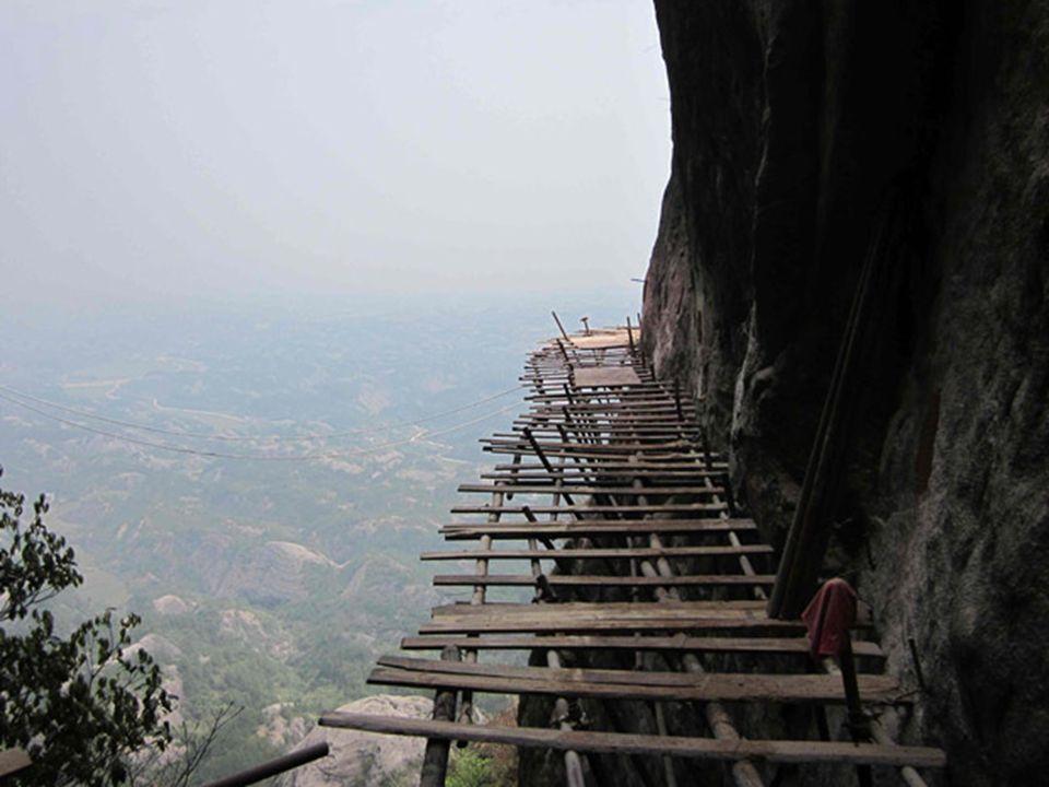 Yu Ji ponosi odpowiedzialność za najbardziej niebezpieczną część projektu – wiercenie otworów do założenia rur wspierających chodnik.