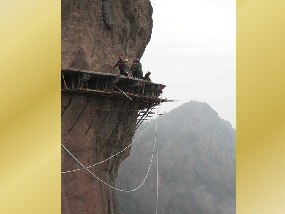 Budowanie drogi na stoku góry jest trudne, bo klif stoi pionowo pod kątem 90 stopni.