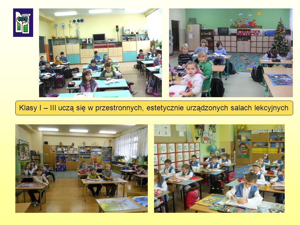 Klasy I – III uczą się w przestronnych, estetycznie urządzonych salach lekcyjnych