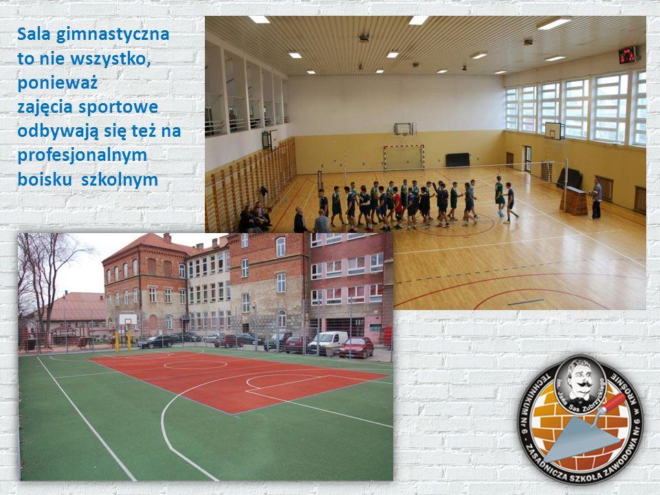 Sala gimnastyczna to nie wszystko, ponieważ zajęcia sportowe odbywają się też na profesjonalnym boisku szkolnym