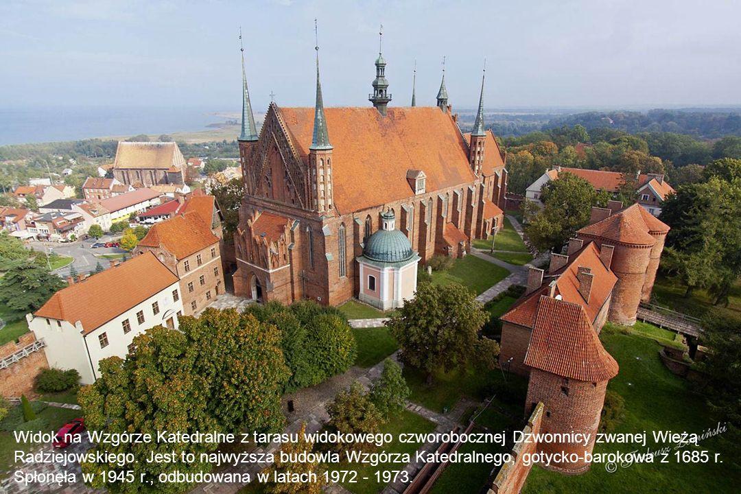 Widok na Wzgórze Katedralne z tarasu widokowego czworobocznej Dzwonnicy zwanej Wieżą Radziejowskiego.