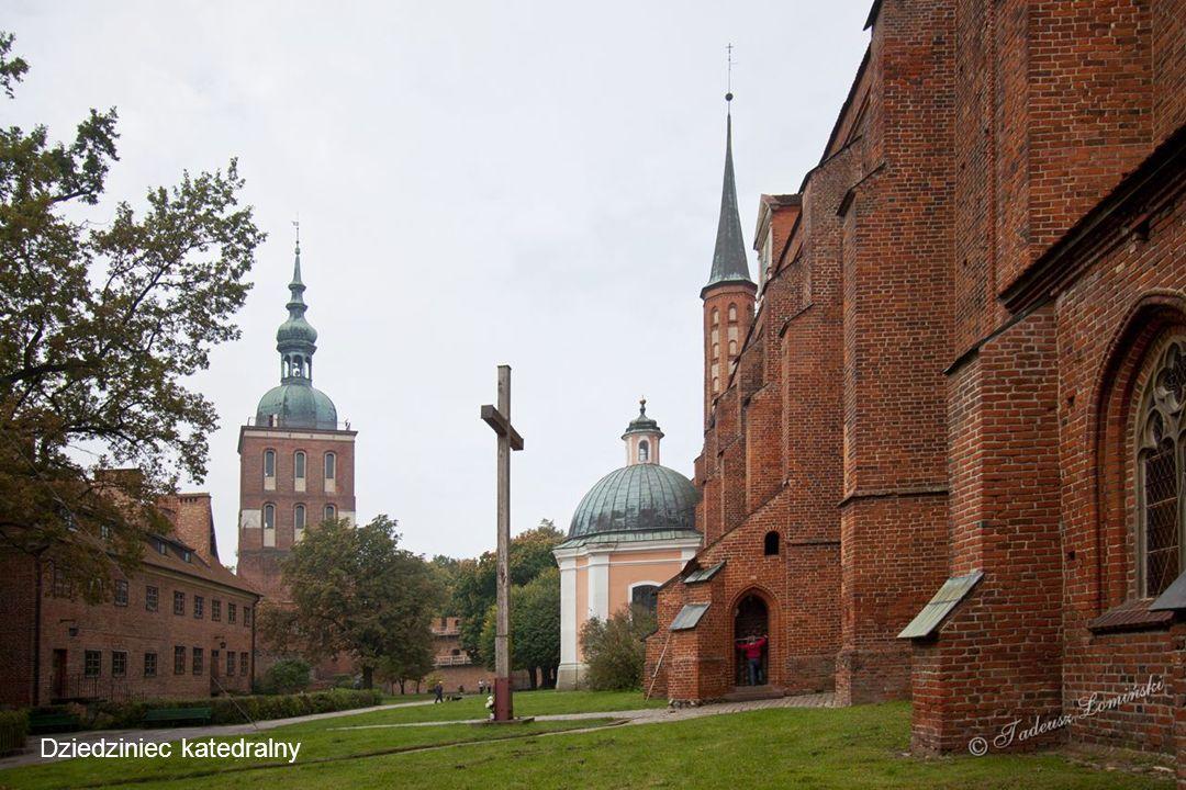 Grubość oktagonalnego muru przyziemia Dzwonnicy wynosi 7 m.