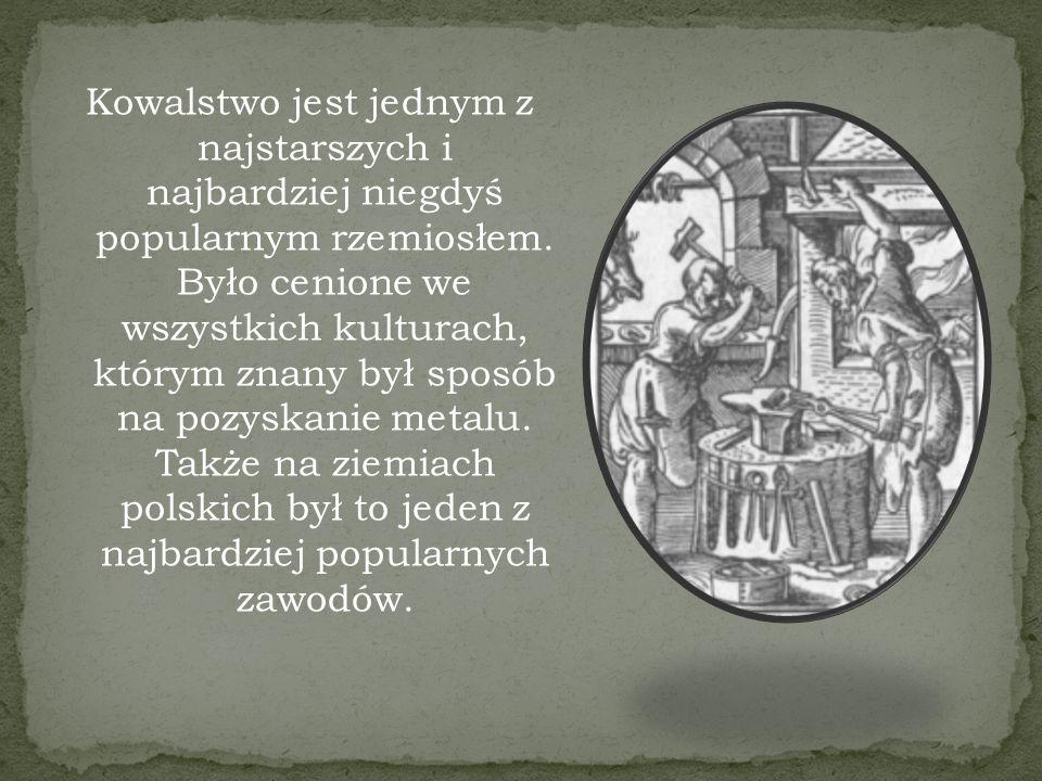 We wczesnym średniowieczu kowale sami przygotowywali sobie surowiec w dymarkach (piec hutniczy), w wiekach późniejszych korzystali z usług kuźników, którzy wytapiali żelazo w kuźnicach, zaś od XIX w.