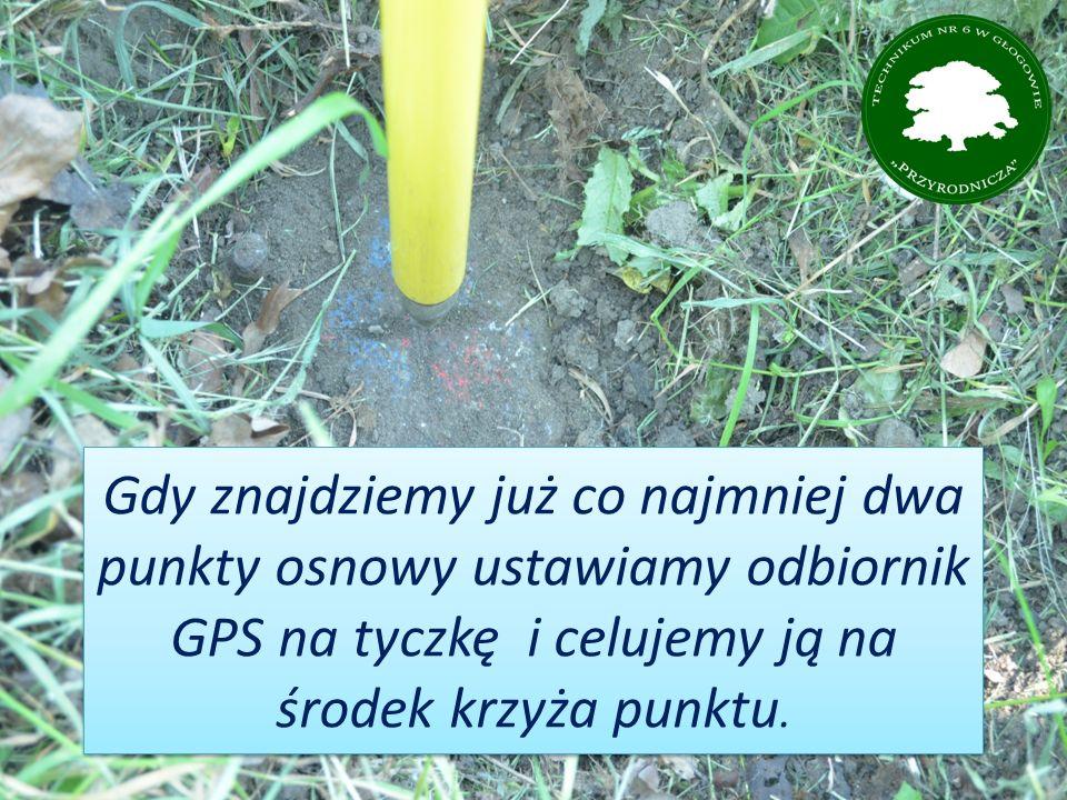 Gdy znajdziemy już co najmniej dwa punkty osnowy ustawiamy odbiornik GPS na tyczkę i celujemy ją na środek krzyża punktu.
