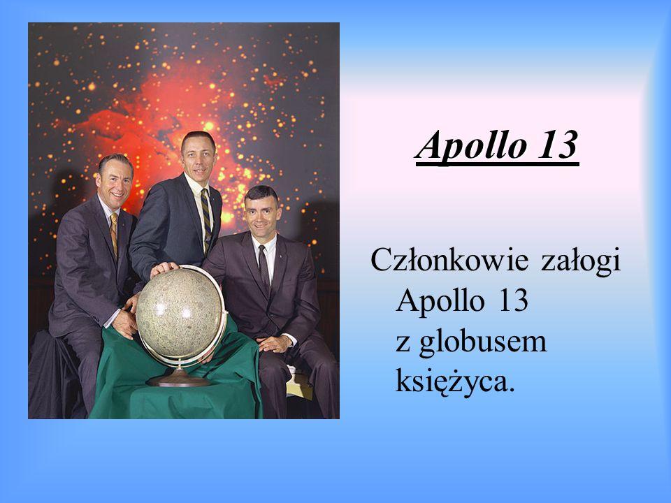 Apollo 13 Członkowie załogi Apollo 13 z globusem księżyca.