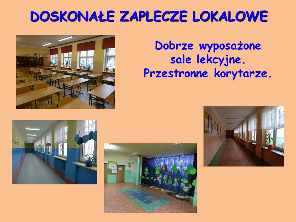 DOSKONAŁE ZAPLECZE LOKALOWE Dobrze wyposażone sale lekcyjne. Przestronne korytarze.