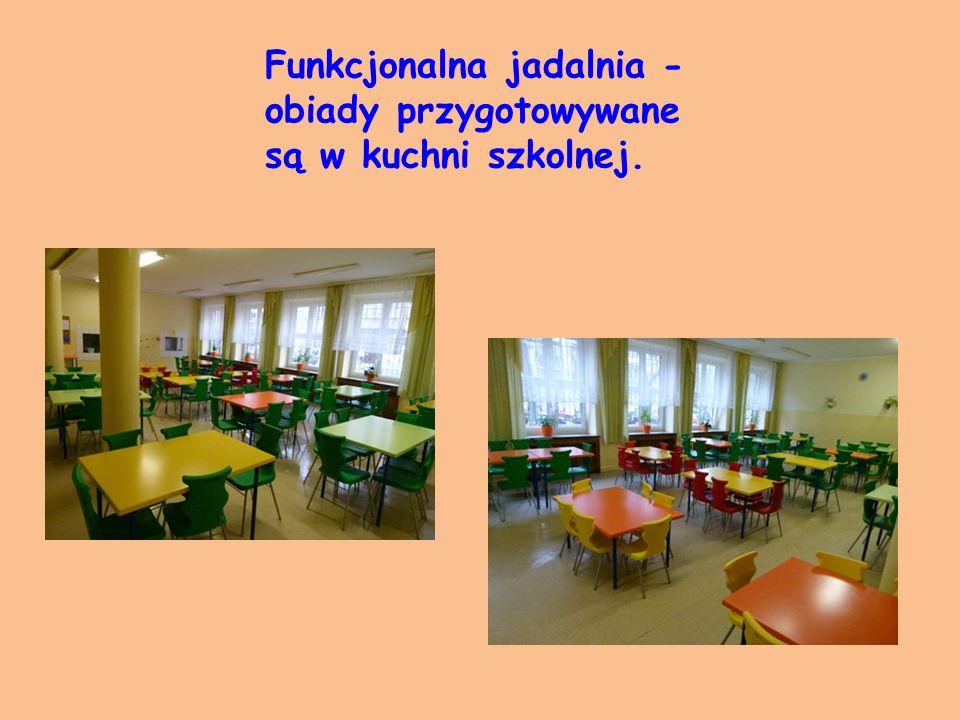 Funkcjonalna jadalnia - obiady przygotowywane są w kuchni szkolnej.