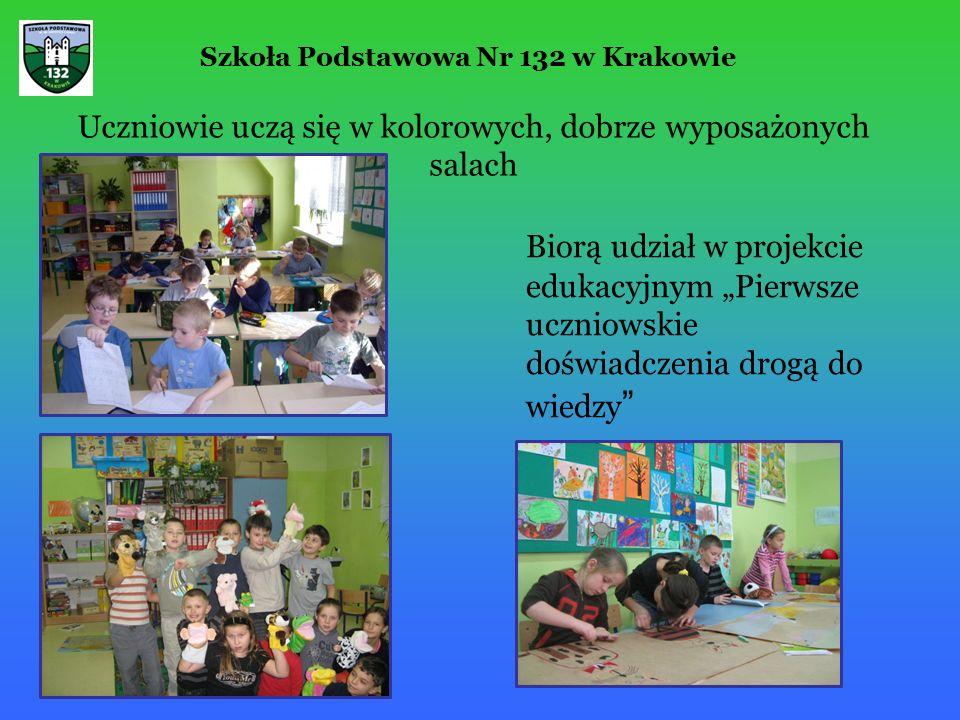 """Uczniowie uczą się w kolorowych, dobrze wyposażonych salach Biorą udział w projekcie edukacyjnym """"Pierwsze uczniowskie doświadczenia drogą do wiedzy Szkoła Podstawowa Nr 132 w Krakowie"""