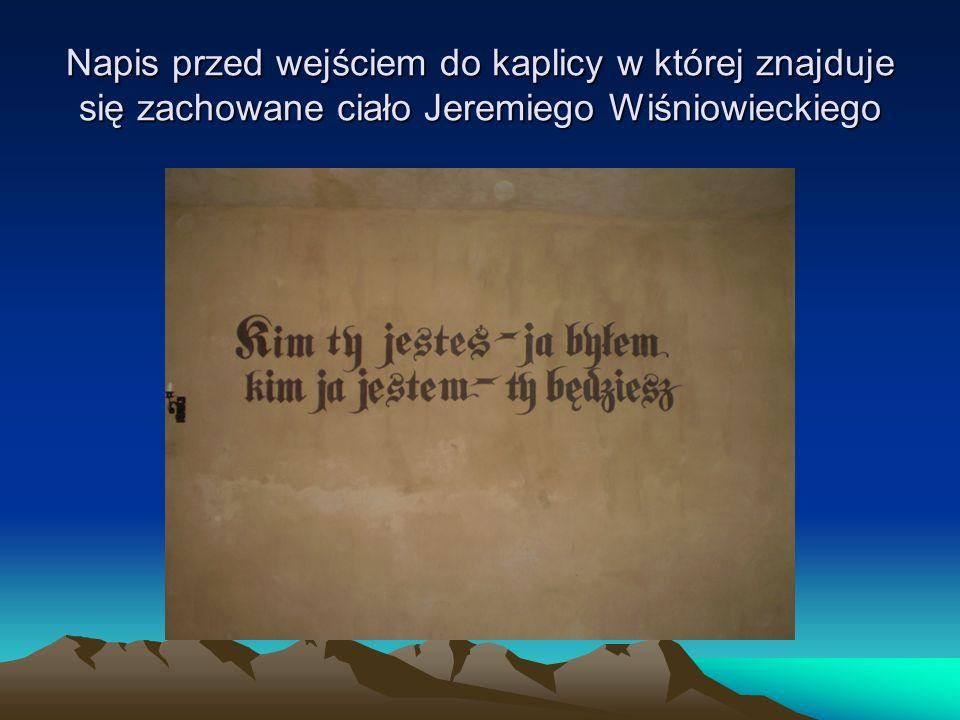 Napis przed wejściem do kaplicy w której znajduje się zachowane ciało Jeremiego Wiśniowieckiego