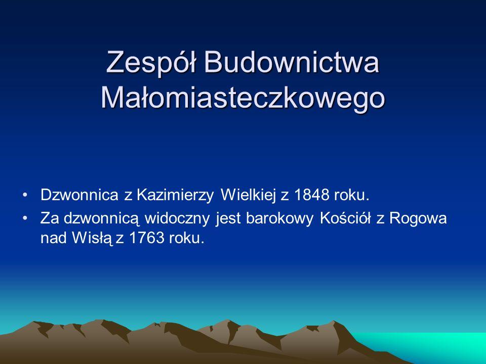 Zespół Budownictwa Małomiasteczkowego Dzwonnica z Kazimierzy Wielkiej z 1848 roku. Za dzwonnicą widoczny jest barokowy Kościół z Rogowa nad Wisłą z 17
