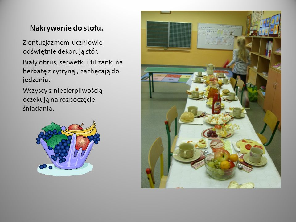 Nakrywanie do stołu. Z entuzjazmem uczniowie odświętnie dekorują stół.