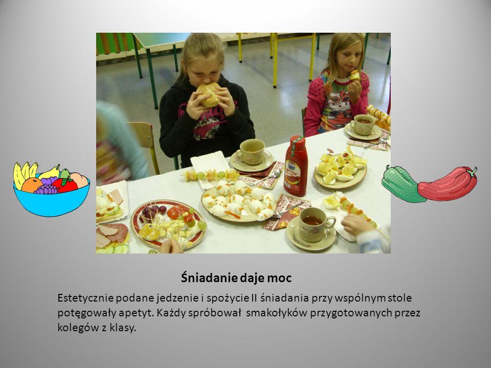 A, co by tu jeszcze....Uczniowie z apetytem spożywają owocowe i warzywne przysmaki.