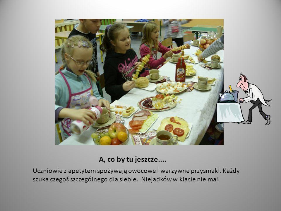 A, co by tu jeszcze.... Uczniowie z apetytem spożywają owocowe i warzywne przysmaki.
