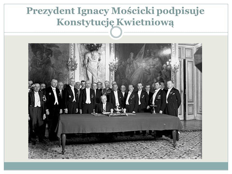 Prezydent Ignacy Mościcki podpisuje Konstytucję Kwietniową