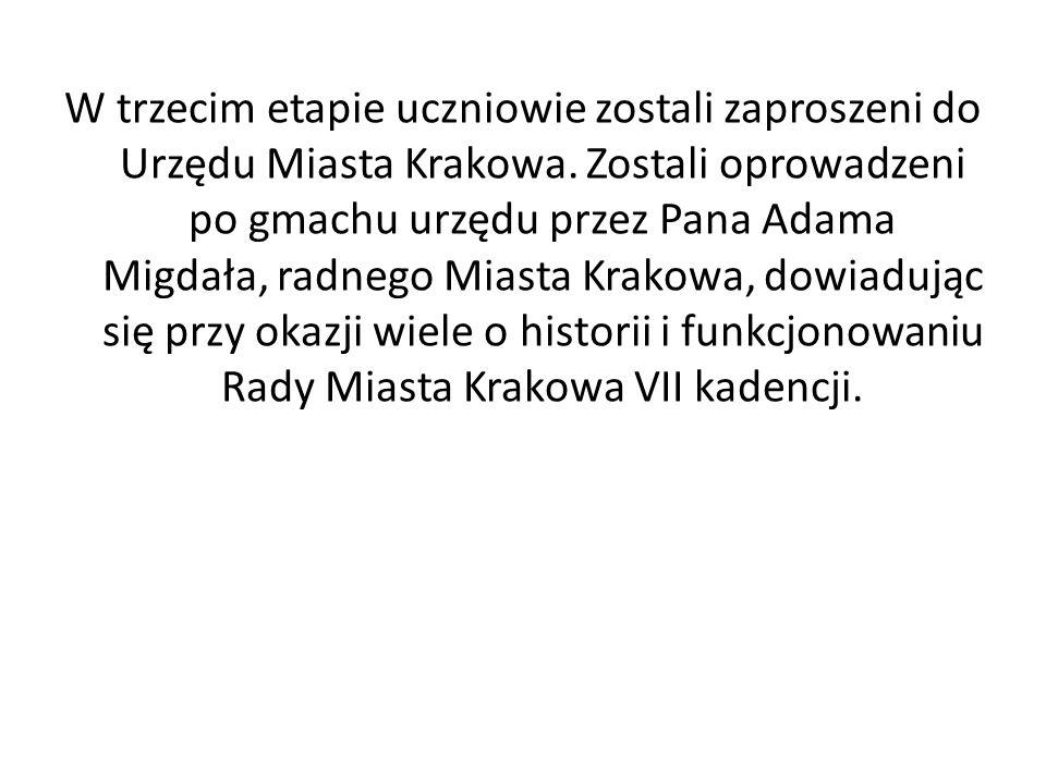 W trzecim etapie uczniowie zostali zaproszeni do Urzędu Miasta Krakowa. Zostali oprowadzeni po gmachu urzędu przez Pana Adama Migdała, radnego Miasta
