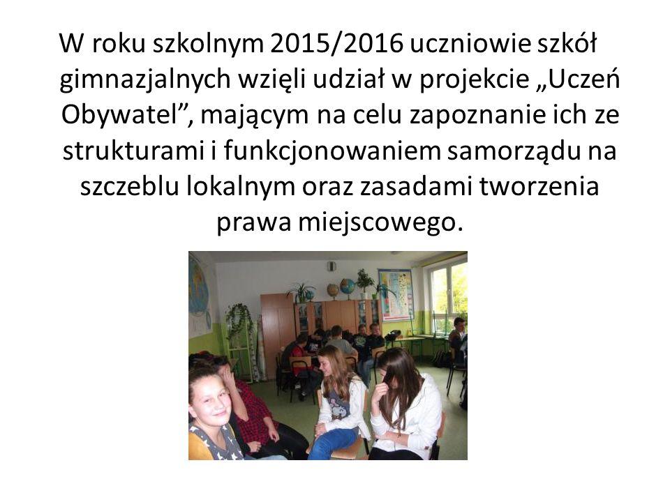 """W roku szkolnym 2015/2016 uczniowie szkół gimnazjalnych wzięli udział w projekcie """"Uczeń Obywatel , mającym na celu zapoznanie ich ze strukturami i funkcjonowaniem samorządu na szczeblu lokalnym oraz zasadami tworzenia prawa miejscowego."""