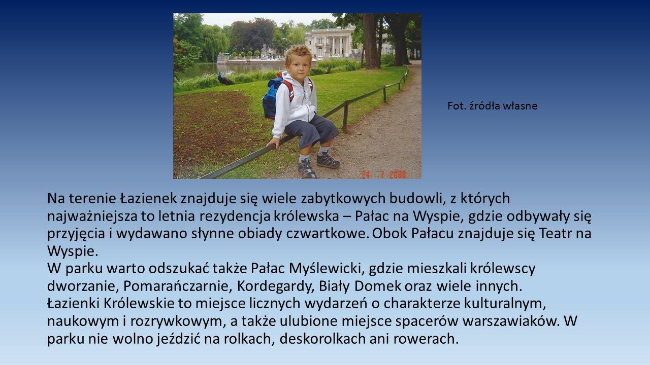 Na terenie Łazienek znajduje się wiele zabytkowych budowli, z których najważniejsza to letnia rezydencja królewska – Pałac na Wyspie, gdzie odbywały s