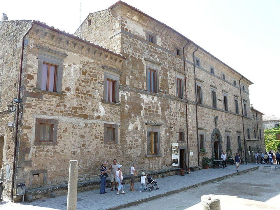 Po trzęsieniu ziemi w 1695 roku, które zniszczyło dużą część zabudowań oraz most prowadzący na wzgórze, Bagnoregio straciło swoją pozycję w regionie i