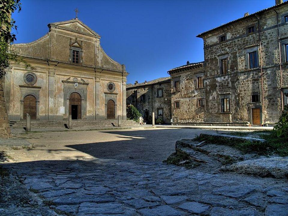 Przy Piazza San Donato stoi kościół San Donato (Chiesa San Donato) – do 1699 roku służył jako katedra i siedziba biskupa.