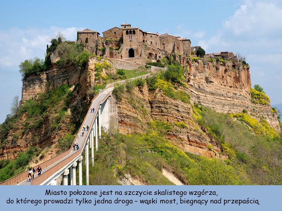 Miasto położone jest na szczycie skalistego wzgórza, do którego prowadzi tylko jedna droga – wąski most, biegnący nad przepaścią