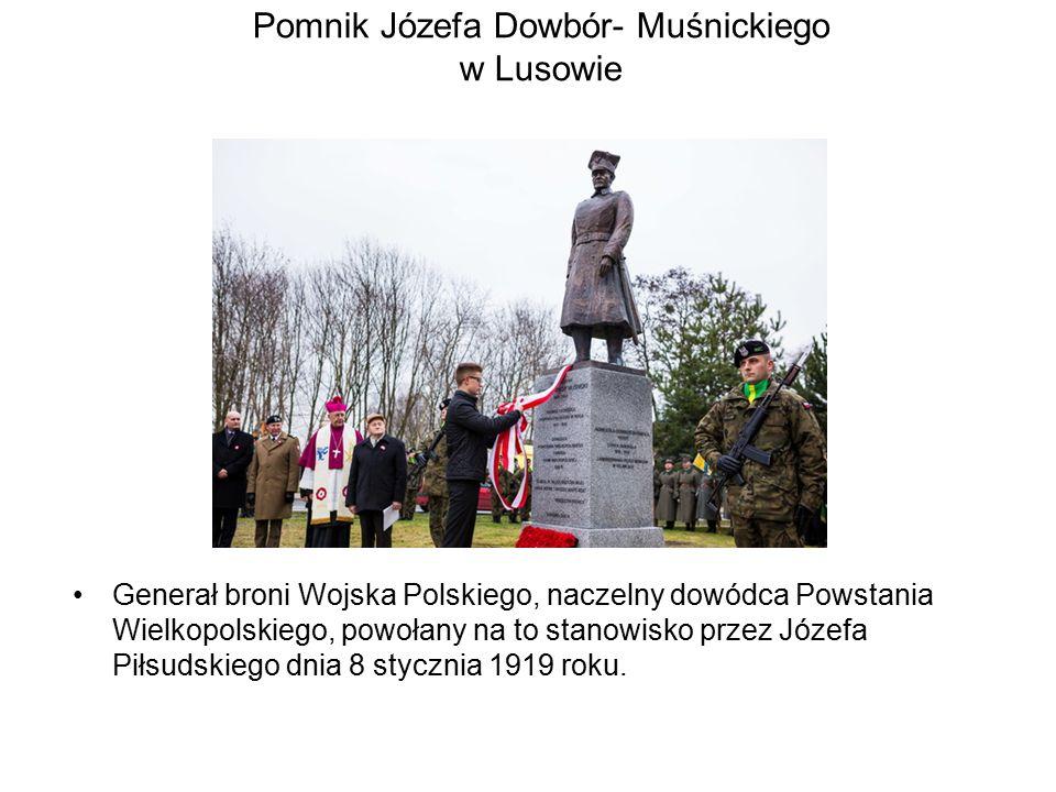 Pomnik Józefa Dowbór- Muśnickiego w Lusowie Generał broni Wojska Polskiego, naczelny dowódca Powstania Wielkopolskiego, powołany na to stanowisko przez Józefa Piłsudskiego dnia 8 stycznia 1919 roku.