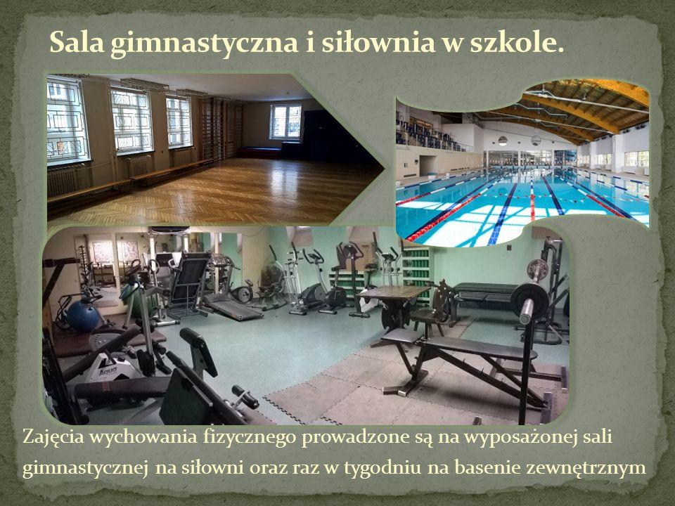 Zajęcia wychowania fizycznego prowadzone są na wyposażonej sali gimnastycznej na siłowni oraz raz w tygodniu na basenie zewnętrznym
