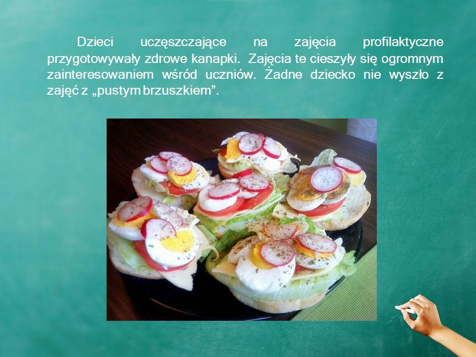 Dzieci uczęszczające na zajęcia profilaktyczne przygotowywały zdrowe kanapki.