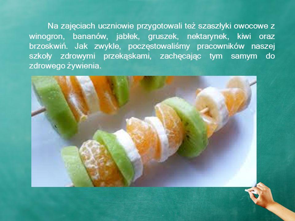 Na zajęciach uczniowie przygotowali też szaszłyki owocowe z winogron, bananów, jabłek, gruszek, nektarynek, kiwi oraz brzoskwiń.