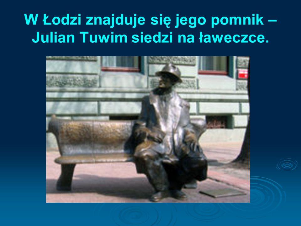 W Łodzi znajduje się jego pomnik – Julian Tuwim siedzi na ławeczce.