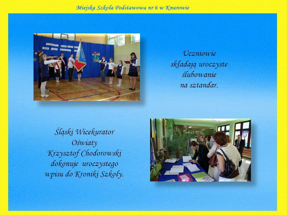 Śląski Wicekurator Oświaty Krzysztof Chodorowski dokonuje uroczystego wpisu do Kroniki Szkoły.