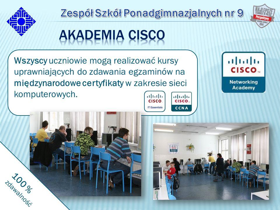 Wszyscy uczniowie mogą realizować kursy uprawniających do zdawania egzaminów na międzynarodowe certyfikaty w zakresie sieci komputerowych.