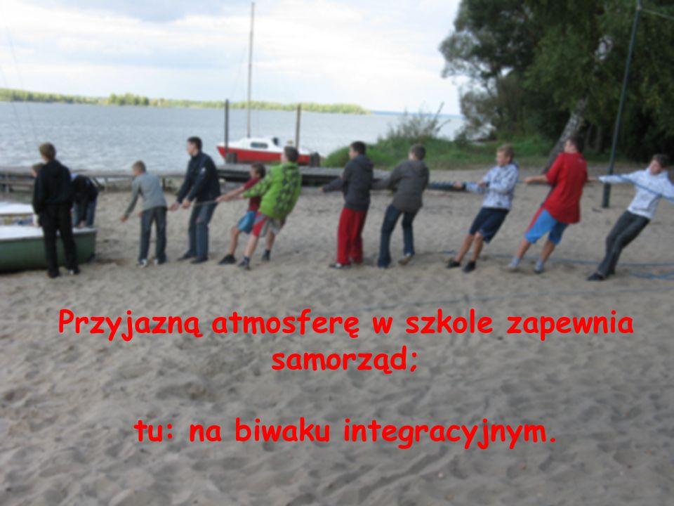 …..organizację biwaków dla klas pierwszych.. Przyjazną atmosferę w szkole zapewnia samorząd poprzez… Przyjazną atmosferę w szkole zapewnia samorząd; t