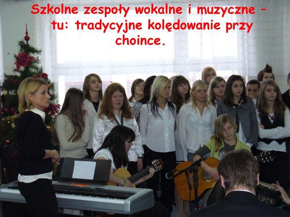 Szkolne zespoły wokalne i muzyczne – tu: tradycyjne kolędowanie przy choince.