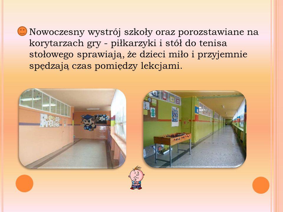 Nowoczesny wystrój szkoły oraz porozstawiane na korytarzach gry - piłkarzyki i stół do tenisa stołowego sprawiają, że dzieci miło i przyjemnie spędzają czas pomiędzy lekcjami.