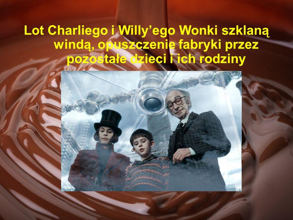 Lot Charliego i Willy'ego Wonki szklaną windą, opuszczenie fabryki przez pozostałe dzieci i ich rodziny