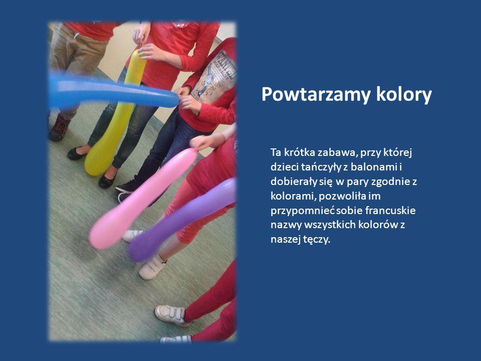 Powtarzamy kolory Ta krótka zabawa, przy której dzieci tańczyły z balonami i dobierały się w pary zgodnie z kolorami, pozwoliła im przypomnieć sobie francuskie nazwy wszystkich kolorów z naszej tęczy.