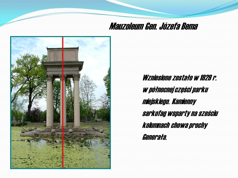 Mauzoleum Gen. Józefa Bema Wzniesione zostało w 1929 r. w północnej części parku miejskiego. Kamienny sarkofag wsparty na sześciu kolumnach chowa proc