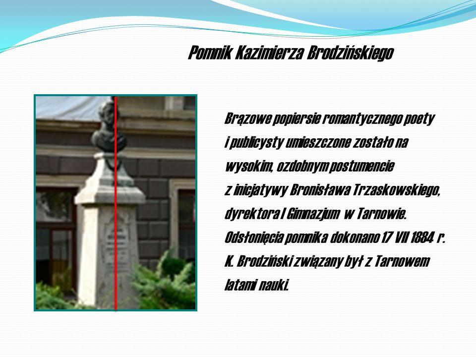 Brązowe popiersie romantycznego poety i publicysty umieszczone zostało na wysokim, ozdobnym postumencie z inicjatywy Bronisława Trzaskowskiego, dyrektora I Gimnazjum w Tarnowie.