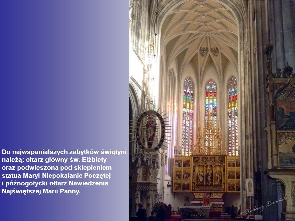 Do najwspanialszych zabytków świątyni należą: ołtarz główny św.