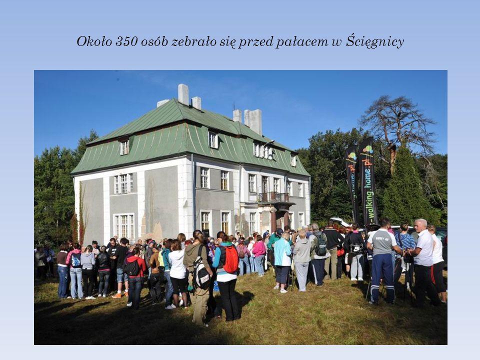 Około 350 osób zebrało się przed pałacem w Ścięgnicy
