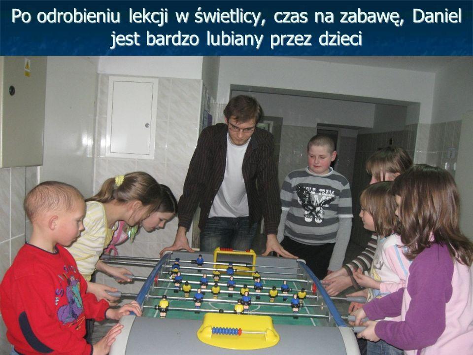 Po odrobieniu lekcji w świetlicy, czas na zabawę, Daniel jest bardzo lubiany przez dzieci