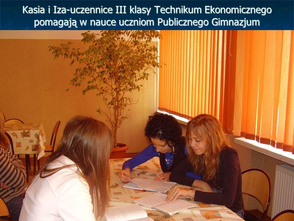 Kasia i Iza-uczennice III klasy Technikum Ekonomicznego pomagają w nauce uczniom Publicznego Gimnazjum