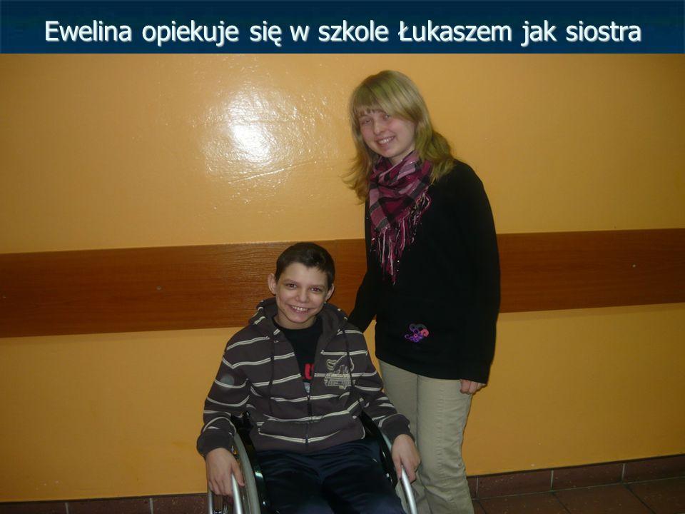 Ewelina opiekuje się w szkole Łukaszem jak siostra