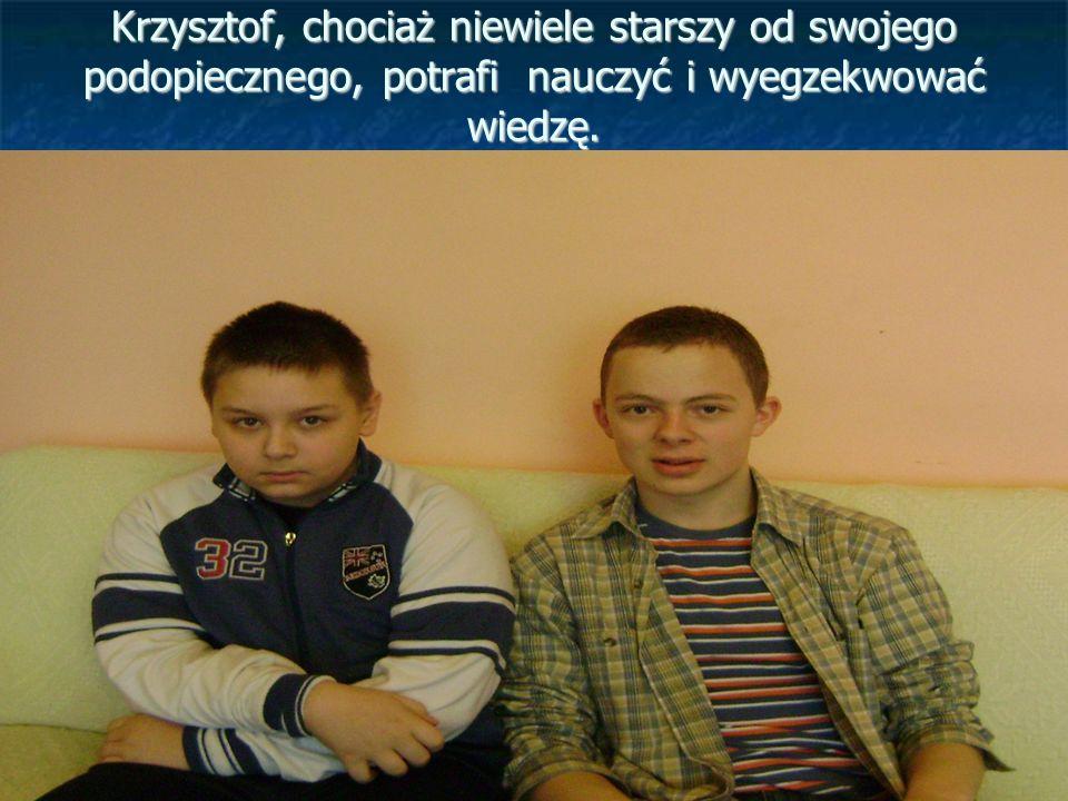 Krzysztof, chociaż niewiele starszy od swojego podopiecznego, potrafi nauczyć i wyegzekwować wiedzę.