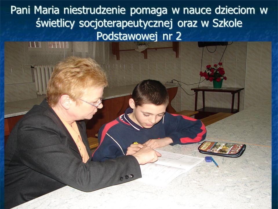 Pani Maria niestrudzenie pomaga w nauce dzieciom w świetlicy socjoterapeutycznej oraz w Szkole Podstawowej nr 2