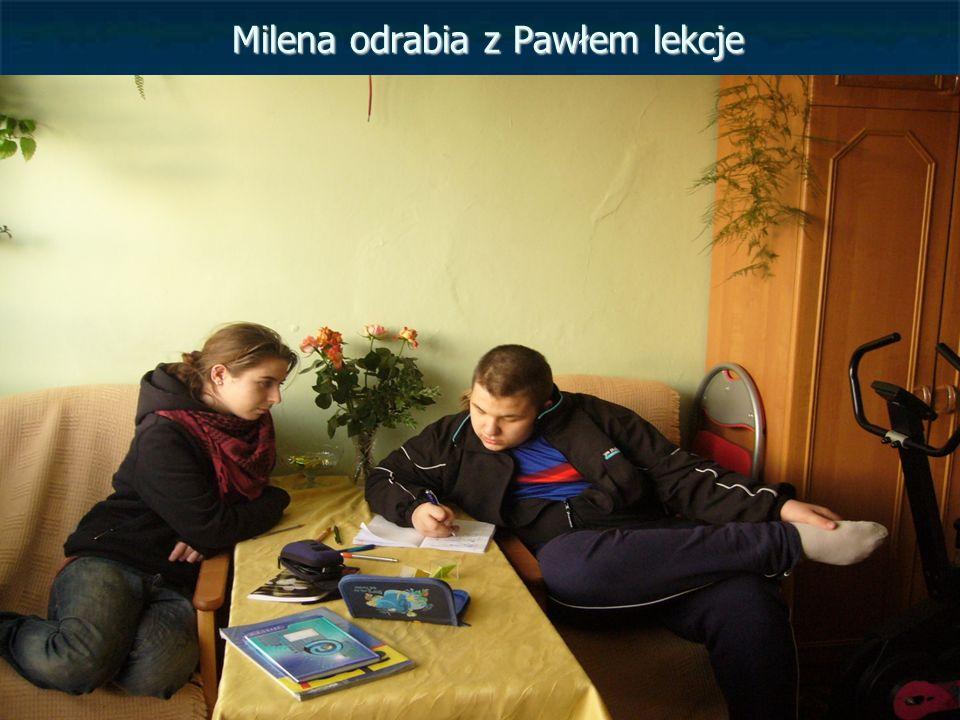 Milena odrabia z Pawłem lekcje