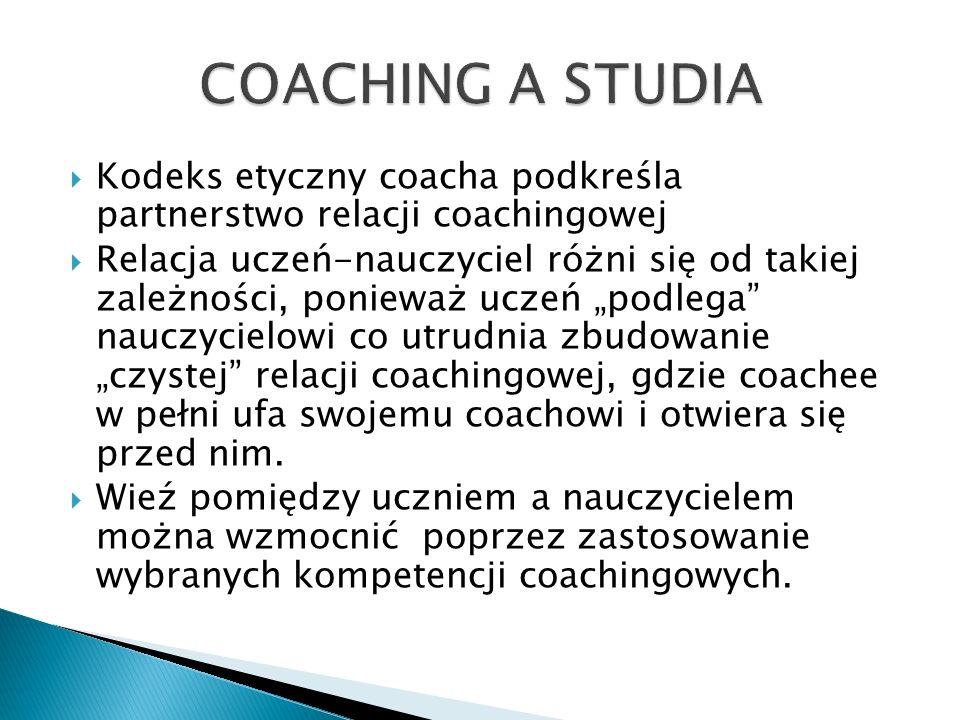 """ Kodeks etyczny coacha podkreśla partnerstwo relacji coachingowej  Relacja uczeń-nauczyciel różni się od takiej zależności, ponieważ uczeń """"podlega nauczycielowi co utrudnia zbudowanie """"czystej relacji coachingowej, gdzie coachee w pełni ufa swojemu coachowi i otwiera się przed nim."""